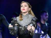 В своем новом туре MDNA Tour Мадонна сияет 315,000 кристаллов Swarovski
