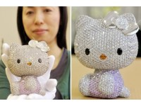 Очередная статуэтка Hello Kitty Doll, украшенная кристаллами Swarovski