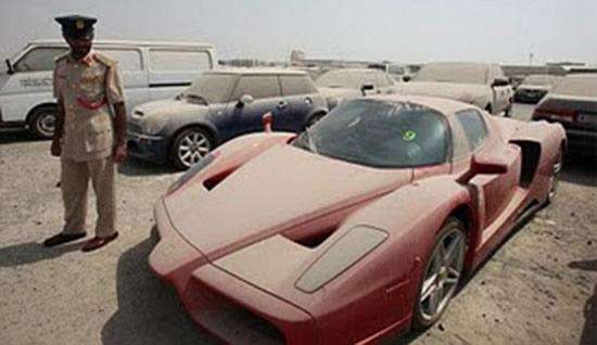 брошенный на штраф стоянке Ferrari