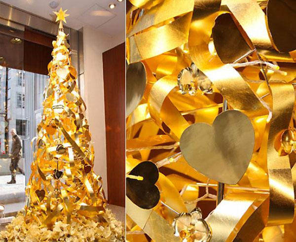 Золотую ёлку украшает звезда Swarovski
